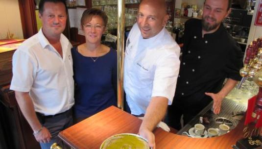 Christophe Auchedé et son épouse ont ouvert leurs cuisines à Grégory Brotcorne et Guillaume Lefebvre, qui, sur cette photo, présentent un houmous de châtaigne.
